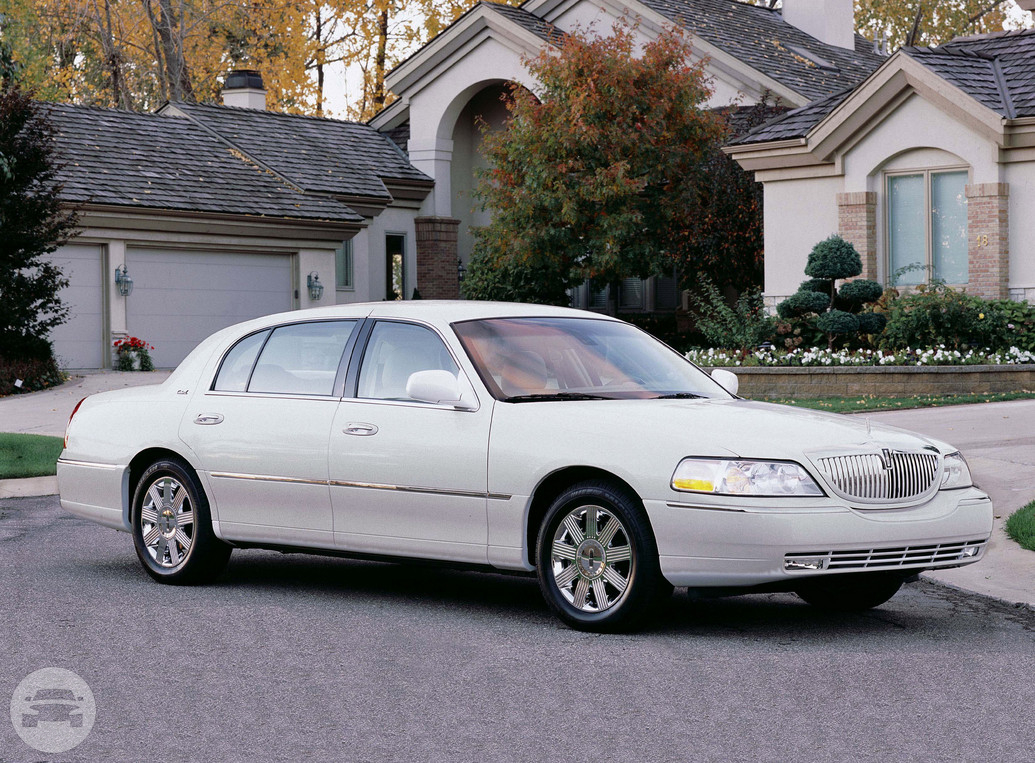 White Lincoln Town Car Sedan / Gainesville, GA   / Hourly $0.00