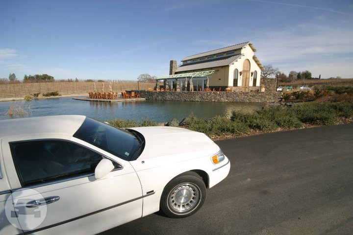 White Lincoln Stretch Limousine Limo  / Paso Robles, CA 93446   / Hourly $0.00